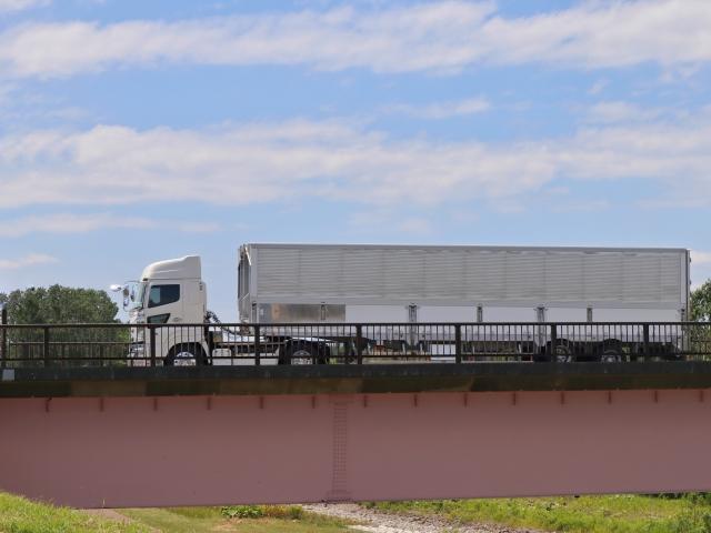 自走機能がない牽引車をトラクタで牽引!大量輸送を実現するトレーラーとは?
