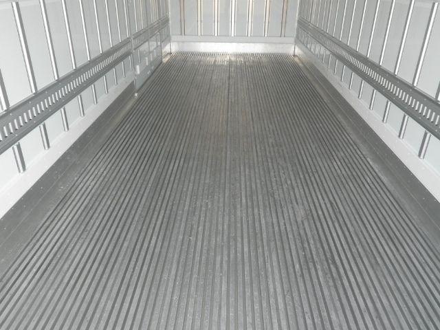 床がキーストン状になっている中古トラックの荷台