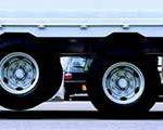 タイヤを浮かせて走行!大型トレーラーのリフトアクスル機能とは?