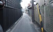 狭い路地のアイキャッチ