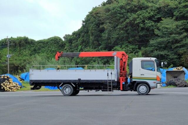 クレーン付きトラックの自主点検と定期点検の頻度・内容・費用は?