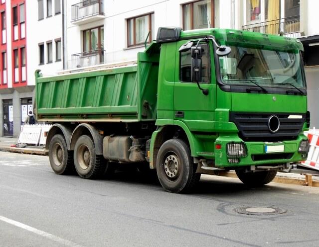 中古トラック市場で人気の高いダンプのメーカーとモデルは?
