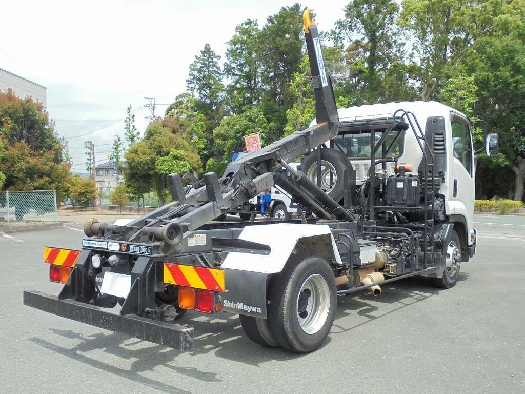 荷台を自在に変更!アームロール車の運転操作に必要な免許や資格、活用フィールドは?
