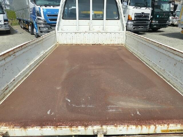 荷台の床板の張り替えでトラックが見違える!中古トラックの荷台床板交換とは?