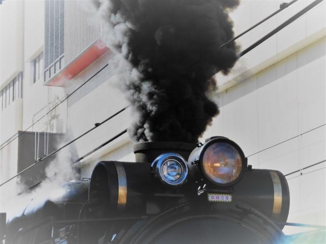 トラックから排出される黒煙の正体や発生原因とは?