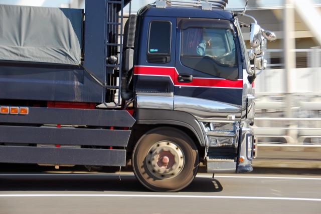 トラックに搭載される排気ブレーキのメカニズムとは?
