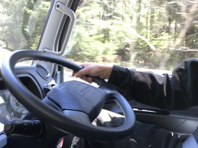 トラックのハンドル操作を劇的に向上させたパワステとは?
