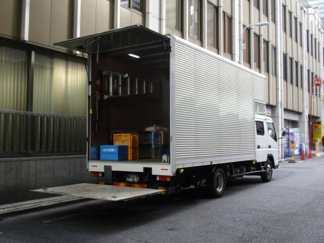 トラックへの搭載で荷物の積み下ろし作業効率向上を実現するパワーゲートとは?