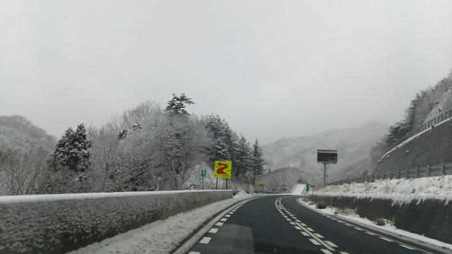 トラックの雪道走行の難易度を高める路面コンディション