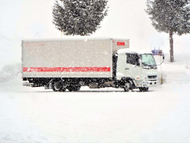 雪道走行時のトラックに降りかかる危険性とは?
