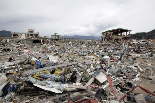 トラック運転中に地震が発生した際の対応策は?