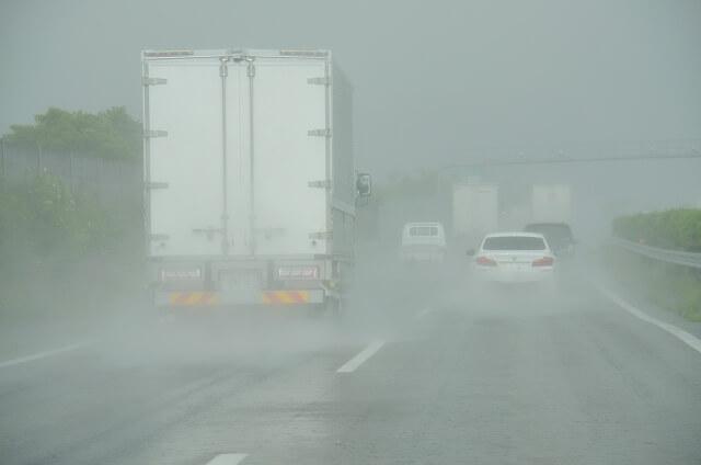 緊急時はどうするべき?トラック運転中に遭遇する地震や水害、竜巻など対応方法とは?