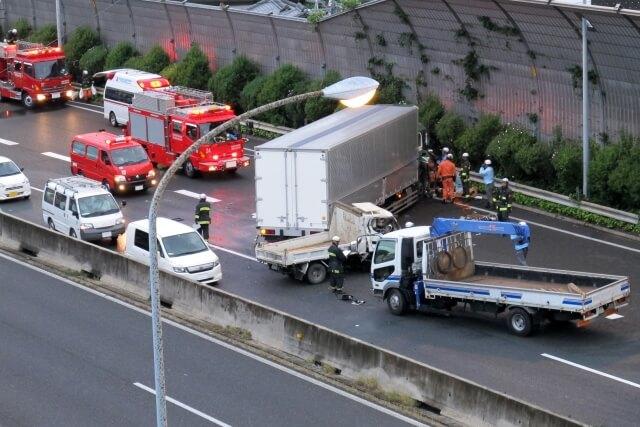 交通事故発生件数が低下するなかトラックの関係する事故発生件数は低下が進まない