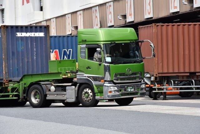 陸海空で行われるコンテナ輸送!陸送を支えるトラック・トラクタ・トレーラーとは?