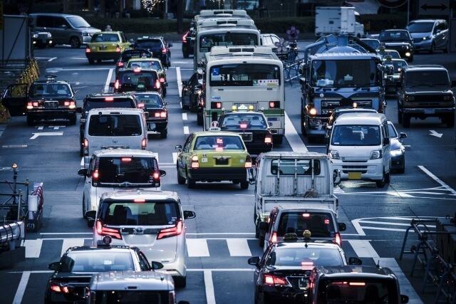 停車時にエンジン停止をしないトラックのアイドリングとは?