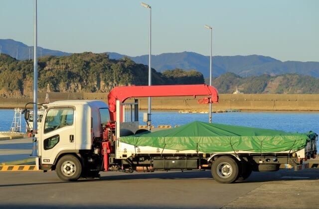 移動式クレーンの1つに区分されるユニック車(クレーン付きトラック)