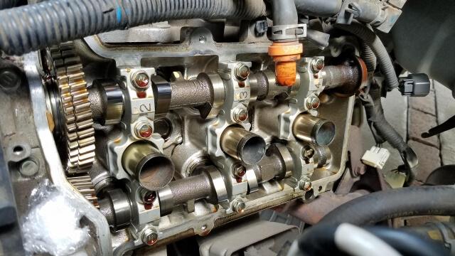 トラックのエンジンは大量の熱を発生させながら稼働する内燃機関