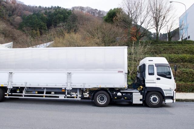 牽引車両のトラクタと被牽引車両のトレーラーを連結し運行する牽引貨物自動車
