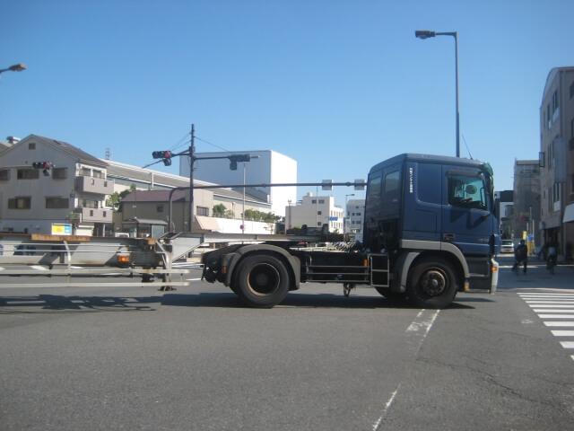 トレーラーを牽引するトラクタもフルトラクタとセミトラクタでは大きく異なる