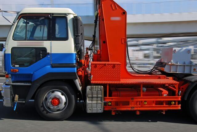 牽引車両と被牽引車両で構成される牽引貨物自動車