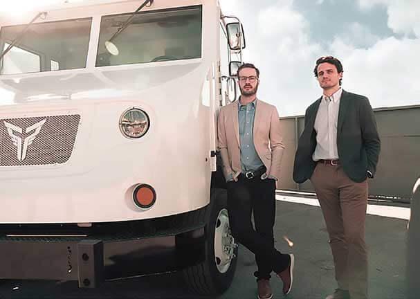 Xos エクソス社(以下、Xos)の共同創業者ダコタ・セムラー氏(左)とジョルダーノ・ソルドニ氏(右)...ザ・トラック