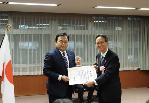 授賞式の様子。赤羽一嘉国土交通大臣(左)とMFTBC松永和夫代表取締役会長(右)...ザ・トラック
