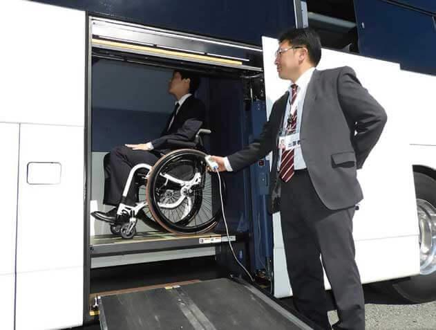スロープ+車内エレベーターで車いすのまま地上から客室に移動できる...ザ・トラック