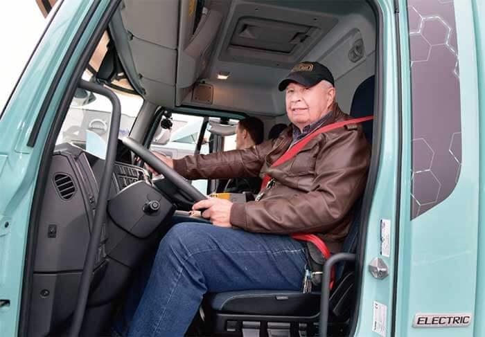ボルボEVを試乗する筆者・スヴェン- エリク リンドストランド...ザ・トラック