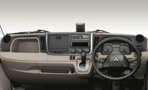 操作性と機能性に優れる「キャンター」2019年モデルの運転席...ザ・トラック