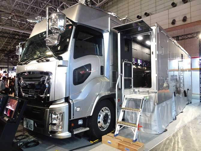 Inter BEE 2019の富士フイルムブースに特別展示された西尾レントオールが導入した「4K拡幅中継車」...ザ・トラック