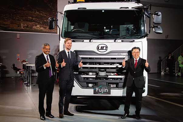 左から、UDトラックスのサティッシュ・ラジュクマールIT部門統括責任者、ボルボ・グループのヘンリック・フェルンストランド自動運転車両開発部門責任者、UDトラックスのダグラス・ナカノ開発部門統括責任者...ザ・トラック