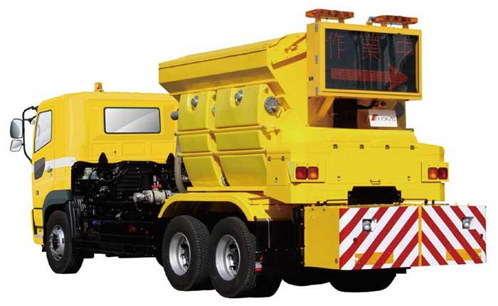 凍結防止剤を散布する極東開発の「湿塩散布車」...ザ・トラック