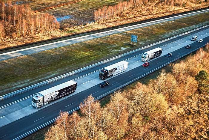 早春のアウトバーンを隊列を組んで走るメルセデス・ベンツ車。右側車線はトラック用で耐重量コンクリート舗装。隣の乗用車車線はアスファルト舗装で適正なコスト配分が行われていることが分かる。それにしても広い路側帯と路肩だ……。...ザ・トラック