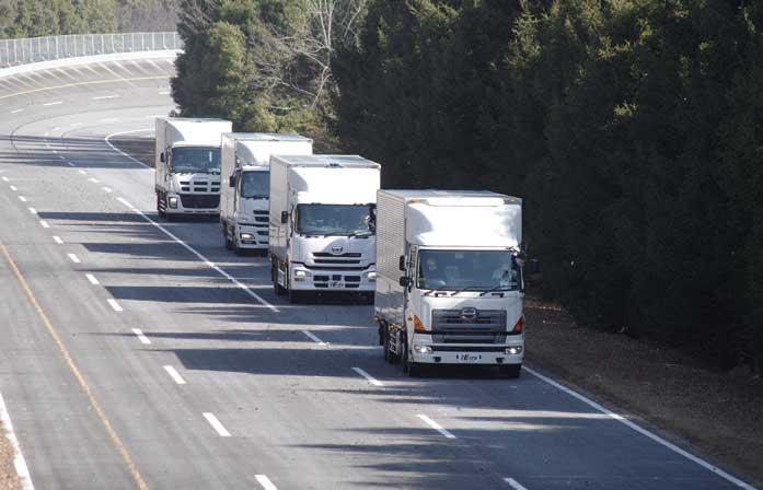 隊列走行中の国内大型4車の実験車:AISTつくばセンターのテストコースにて=提供:新エネルギー・産業技術総合開発機構(NEDO)=...ザ・トラック