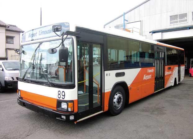 空港内リムジンバスのバス用冷房装置も扱っている。構内走行用の幅広バスなので工場に入れるのが一苦労である...ザ・トラック