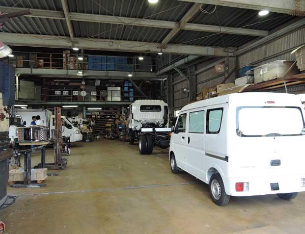 東光冷熱の本社工場。冷凍機だけでなくボデー架装も担当しているため現在フル稼働中となっている...ザ・トラック