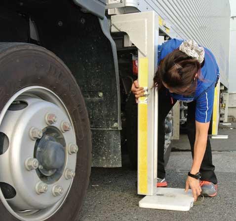 脱着後の荷箱を安定させるため、支持脚の下に板をかませてセット。...ザ・トラック