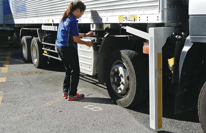 荷箱の脱着に際し、シャシの抜き差しのタイミング合わせが一番難しいところ。ツイストロックの位置をピタリと合わせるところに、高い運転技術が求められる。...ザ・トラック