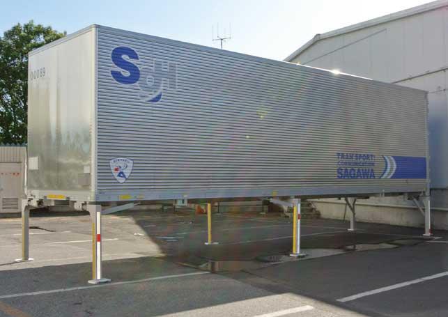 シャシから分離され自立した荷箱。回収時にはこの荷箱の下にシャシを入れ、荷箱の積載作業を行う。...ザ・トラック