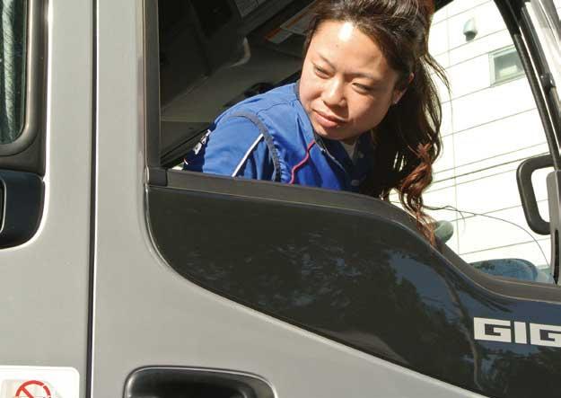 注意深く後方確認、固定された荷箱の間に車両をバックさせていく。...ザ・トラック