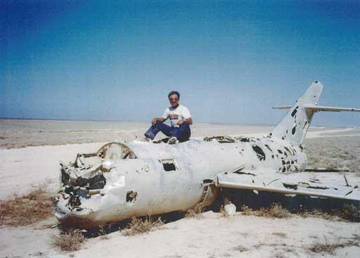 俗に「飛行機の墓場」と称される場所で記念撮影...ザ・トラック