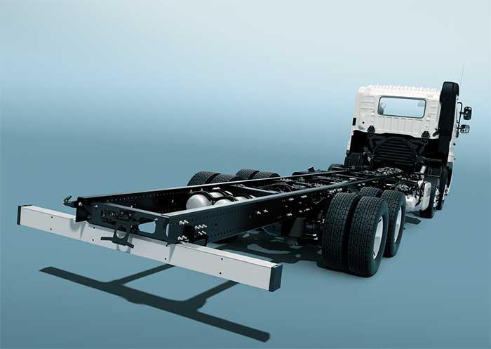 シャシ側の設計変更もいろいろ行われた。後2軸車のエアサスは軽量化の狙いから日野車では初めての方式が採用された(本文参照)...ザ・トラック