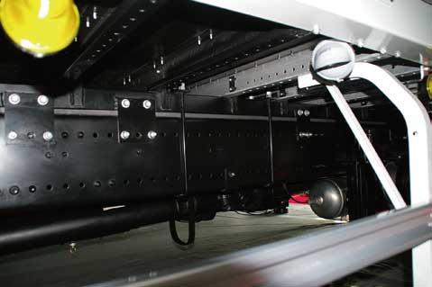 フレーム材質の変更(本文参照)とともに、架装物の締結を全てコ断面の側(ウエブ)面でおこなう方式に変更された。予め定ピッチの孔が明けてあり、架装工場でフレームに加工する必要はなくなった。必要に応じてUボルトが併用される...ザ・トラック