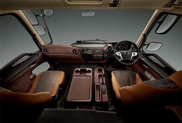 インテリアでは、プロシフトのギヤセレクターをプロフィアと同じようにセンタークラスター部に移動した...ザ・トラック