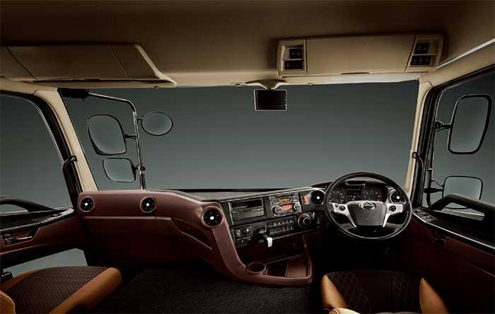 インテリアはメーター類の大型化、センタークラスターの操作面をドライバーにより近づけ操作性を向上した。写真の仕上げは上級グレード車の場合...ザ・トラック