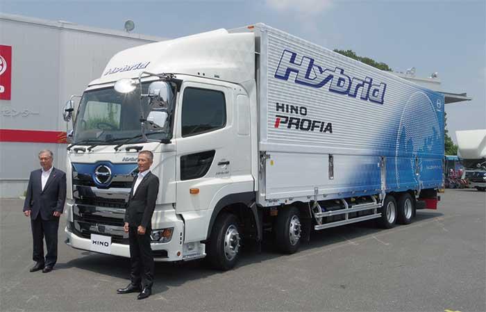 日野プロフィアハイブリッド。左は遠藤真取締役・副社長、右は山口公一参与...ザ・トラック