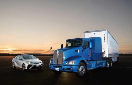 米国で実験走行が行われているFCトラック。左はFC乗用車のMIRAI...ザ・トラック