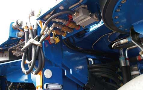 操舵も駆動も全て油圧式。相互の結合に耐圧油圧ホースが縦横に走る...ザ・トラック