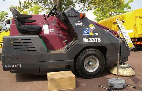 路面清掃吸引車。こうした小型機出なければならない現場がある...ザ・トラック