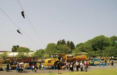 """広場にも大型作業車。頭上には常設の""""空中散歩""""施設「メガジップラインつばさも」を楽しむ人も後を絶たなかった...ザ・トラック"""